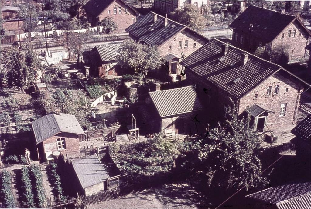 """Die """"legendären"""" Arbeiterwohnhäuser mit Garten, wohl noch vor 1950 in der damaligen Harburger Straße. Foto: Bildersammlung des Schreibkreises Herrenhausen"""